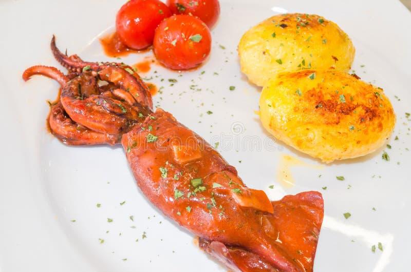 Polvo cozinhado com batatas fotos de stock royalty free