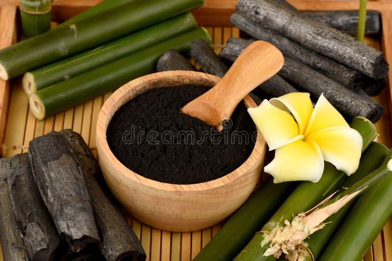 Polvo de bambú y de bambú fresco y secado del carbón de leña imagenes de archivo