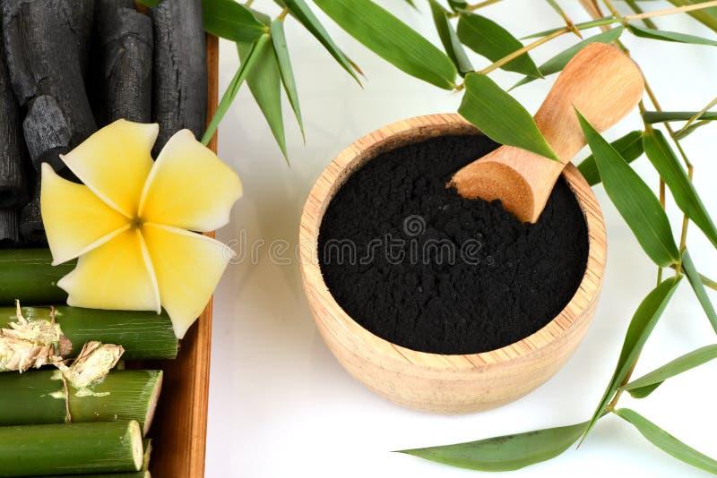 Polvo de bambú y de bambú fresco y secado del carbón de leña fotos de archivo libres de regalías