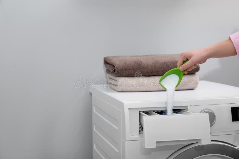 Polvo de colada de la mujer en el caj?n de la lavadora dentro, primer con el espacio para el texto imagenes de archivo