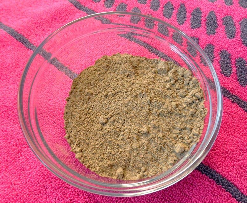 Polvo de la alheña en tazón de fuente fotos de archivo