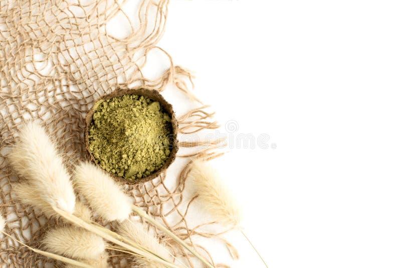 Polvo de la alhe?a para el mehendi de te?ido del pelo y de las cejas y del dibujo en las manos, con la hoja de palma verde fotografía de archivo libre de regalías