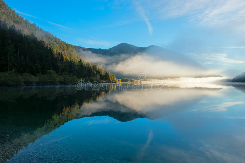 Polvo de la mañana en el plansee idílico del lago en otoño foto de archivo
