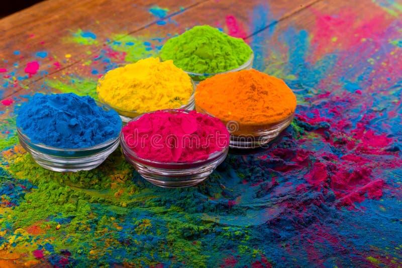 Polvo del color de Holi Colores orgánicos de Gulal en el cuenco para el festival de Holi, tradición hindú festiva Primer vibrante fotografía de archivo