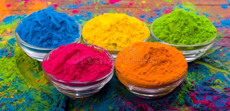 Polvo del color de Holi Colores orgánicos de Gulal en el cuenco para el festival de Holi, tradición hindú festiva Primer vibrante foto de archivo
