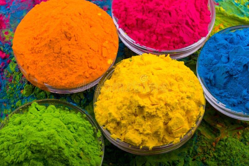Polvo del color de Holi Colores orgánicos de Gulal en el cuenco para el festival de Holi, tradición hindú festiva Primer vibrante fotos de archivo libres de regalías
