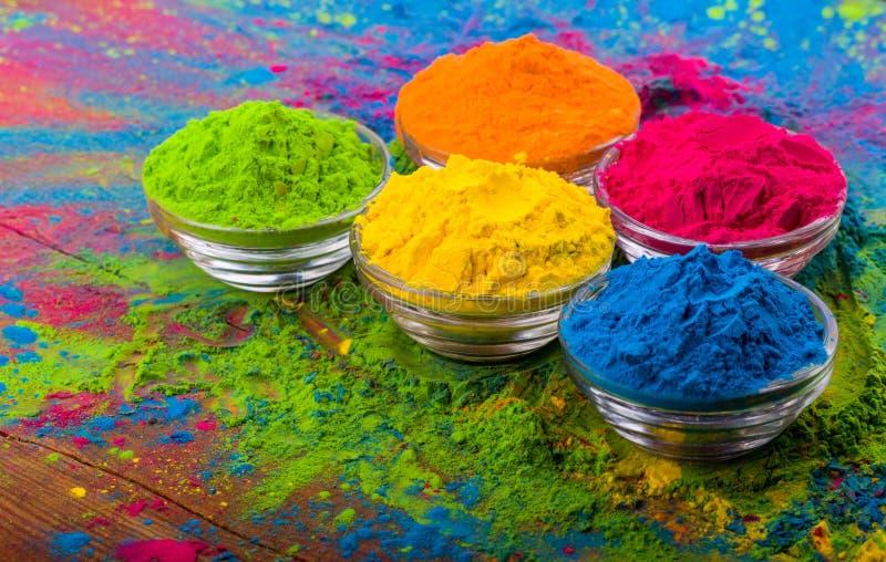 Polvo del color de Holi Colores orgánicos de Gulal en el cuenco para el festival de Holi, tradición hindú festiva Primer vibrante imagen de archivo