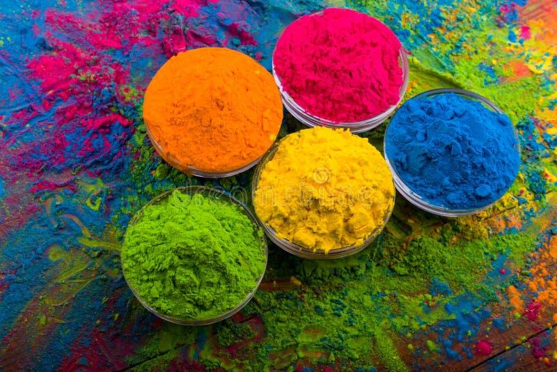 Polvo del color de Holi Colores orgánicos de Gulal en el cuenco para el festival de Holi, tradición hindú festiva Primer vibrante foto de archivo libre de regalías