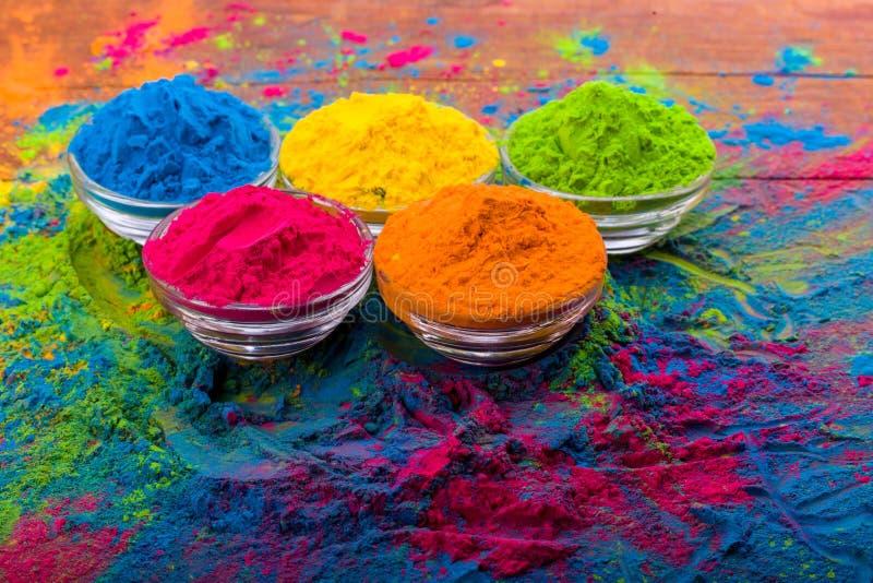 Polvo del color de Holi Colores orgánicos de Gulal en el cuenco para el festival de Holi, tradición hindú festiva Primer vibrante imágenes de archivo libres de regalías