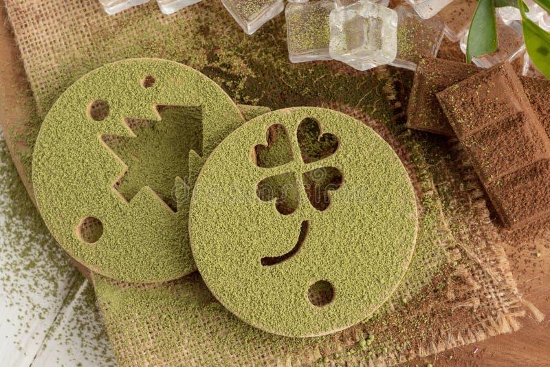 Polvo del té verde de Matcha en un formulario impreso y chocolate en un cortejar fotos de archivo