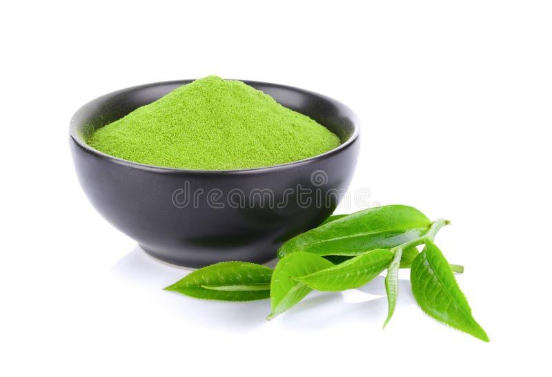 Polvo fresco y hoja del té verde aislados en el fondo blanco foto de archivo