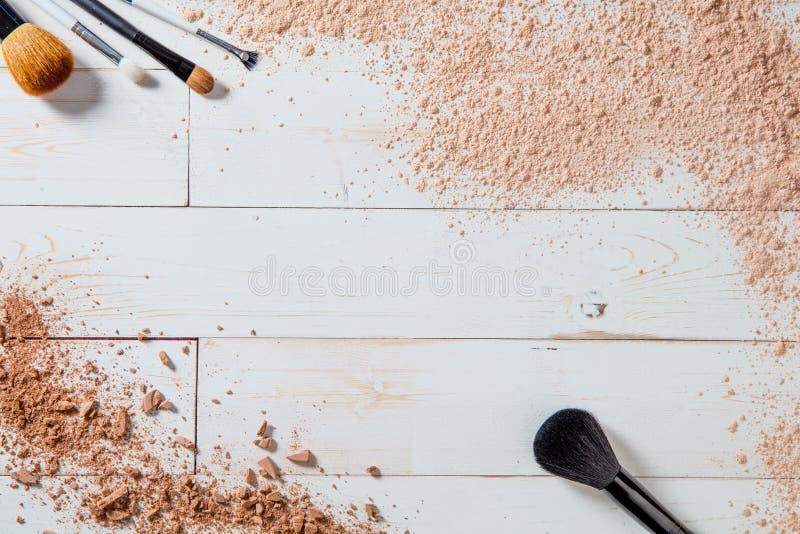 Polvo libre y maquillaje machacado con diversos cepillos, papel pintado de los minerales fotos de archivo