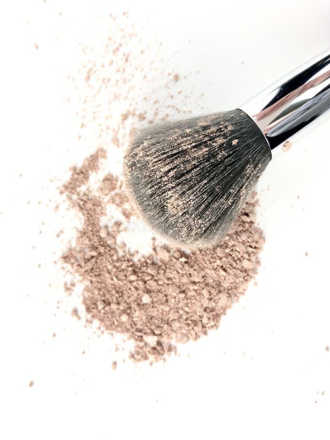 Polvo y cepillo del maquillaje fotografía de archivo
