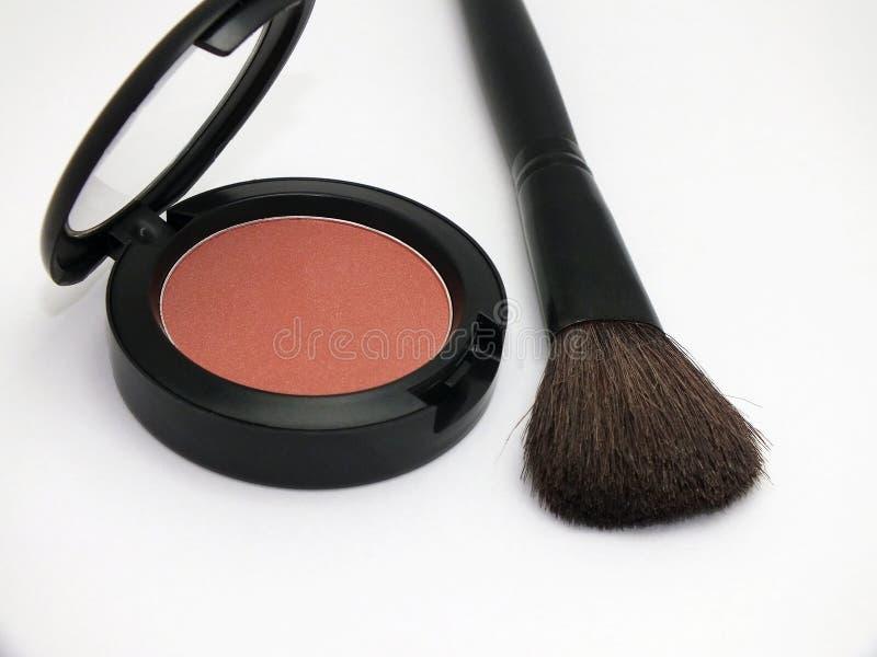 Polvo y cepillo del maquillaje imagen de archivo