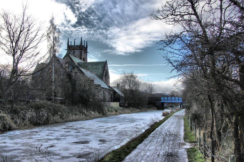 Polwarth-Kirche auf einem gefrorenen Verbands-Kanal, Edinburgh stockbilder