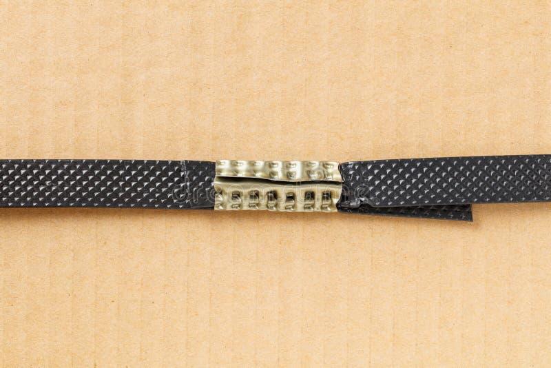 Poly courroie en plastique avec la bride en métal image stock