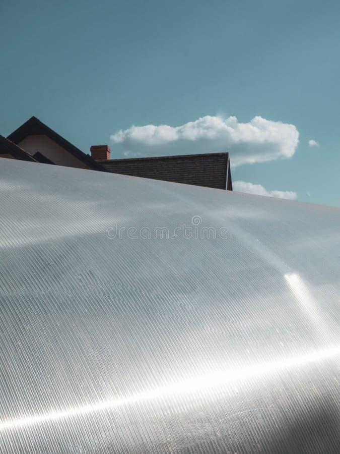 Polycarbonaat het afdekken als deel van moderne serrebouw, blauwe hemel royalty-vrije stock afbeelding