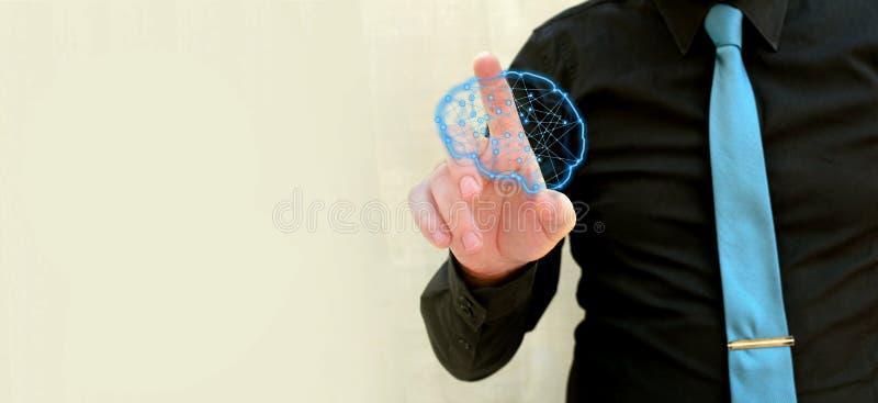 Polygonal glödande hjärna för mänsklig hand - begrepp för konstgjord intelligens, lära för maskin, nanotekniker och ett annat mod royaltyfri fotografi