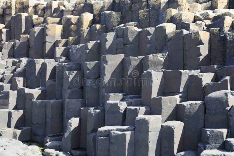 Polygonale Basaltlava-Felsenspalten der riesigen ` s Dammes lizenzfreie stockfotos