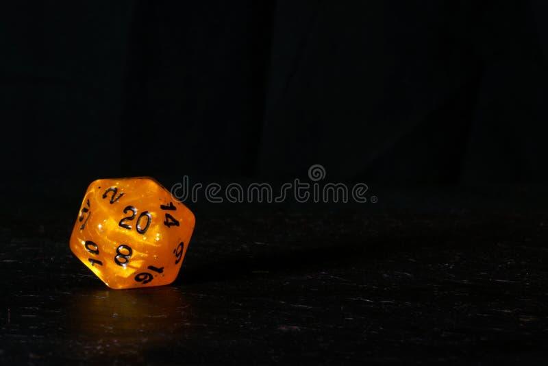 Polyhedral встали на сторону 20, который умирают использованный для роли играя игры такое a стоковые изображения rf