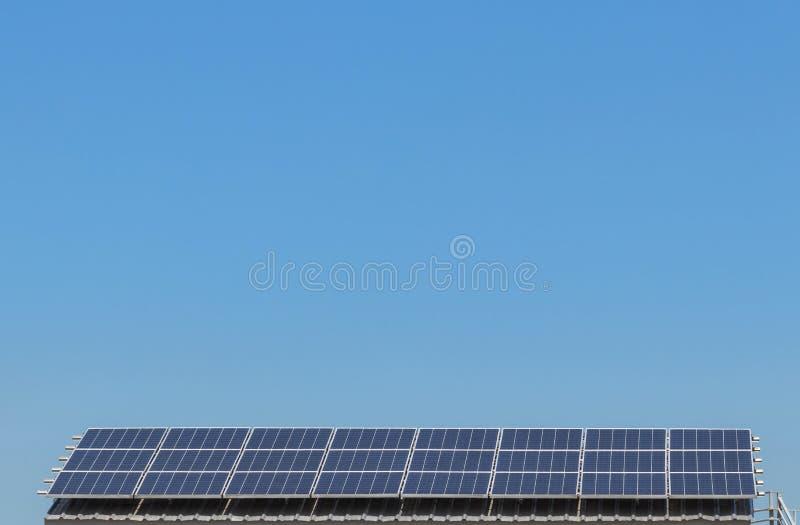 Polykristalline Solarzellen des Silikons oder photovoltaics in der alternativen Drehung des Solarkraftwerks oben absorbieren gen  lizenzfreies stockbild