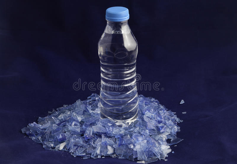 Polymères en plastique réutilisés hors de bouteille d'eau d'ANIMAL FAMILIER photos stock