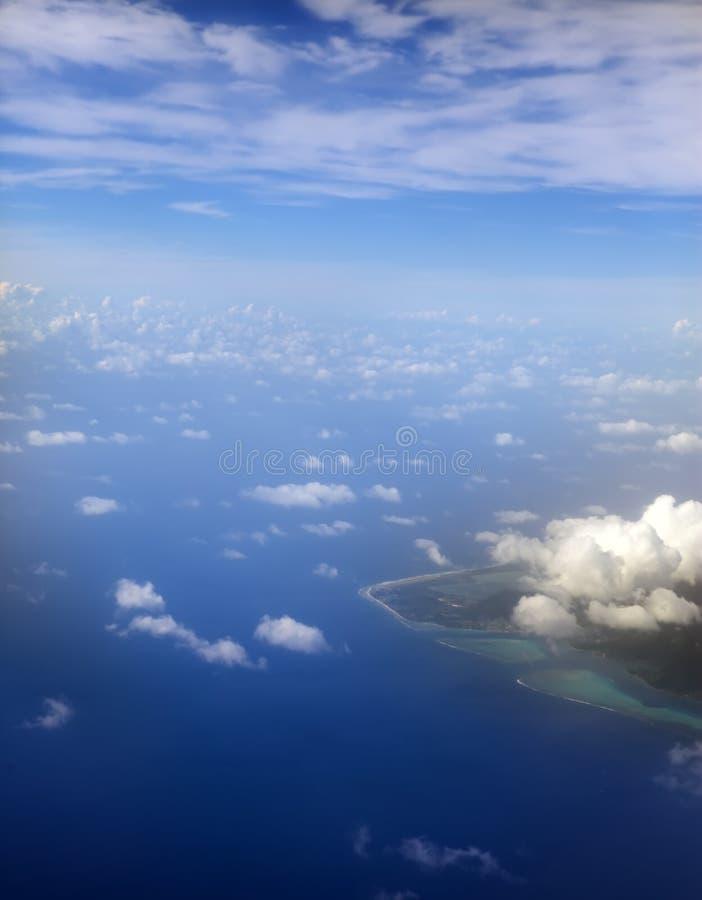 polynesia O atol no oceano através das nuvens Silhueta do homem de negócio Cowering imagens de stock