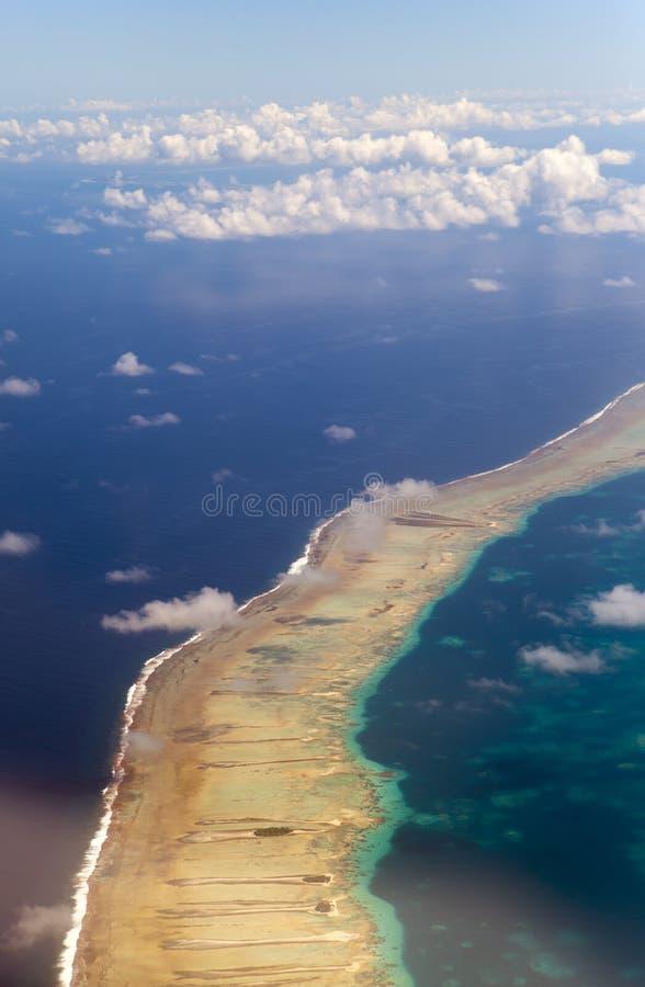 polynesia O atol no oceano através das nuvens Silhueta do homem de negócio Cowering fotografia de stock royalty free