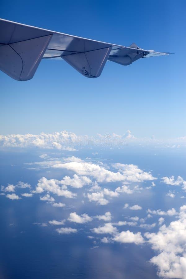polynesia O oceano através das nuvens Silhueta do homem de negócio Cowering foto de stock royalty free