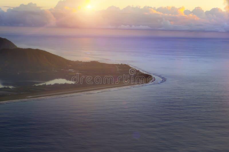 polynesia Silhueta do homem de negócio Cowering a montanha na ilha imagem de stock
