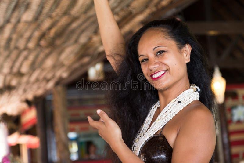 Polynesian танцор выполняет традиционный танец стоковая фотография