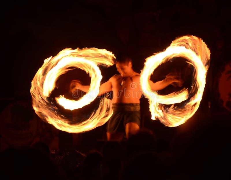 Polynesian танцор огня стоковое изображение