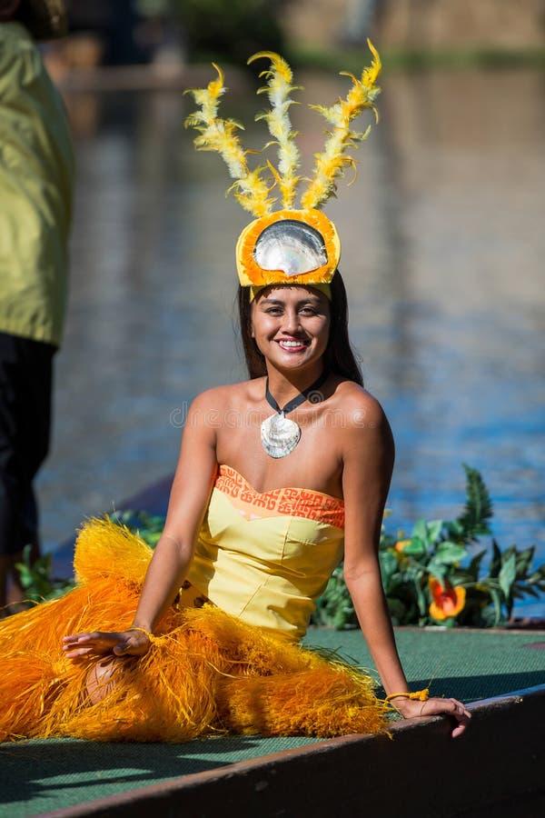 Polynesian kvinna i dräkt royaltyfri foto