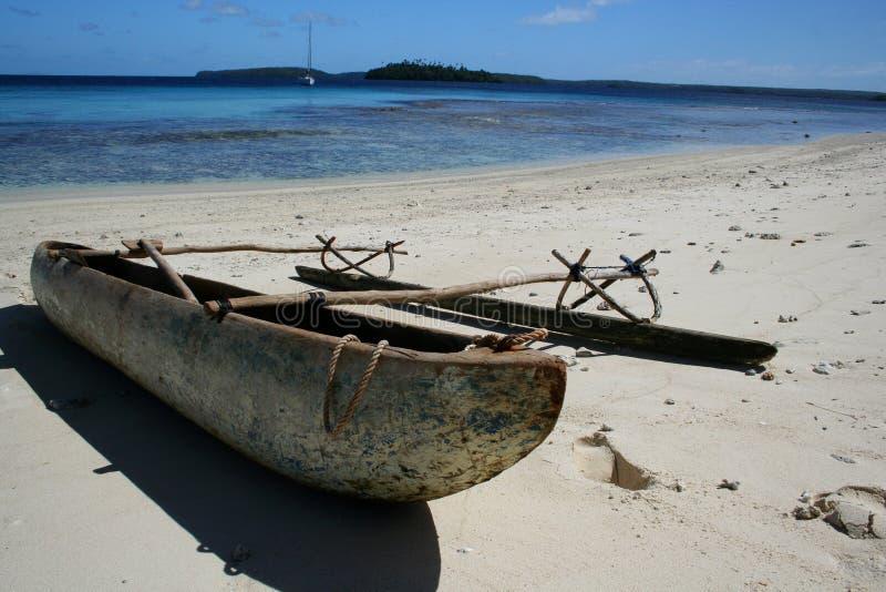 Polynesisches Kanu auf Strand lizenzfreie stockfotos