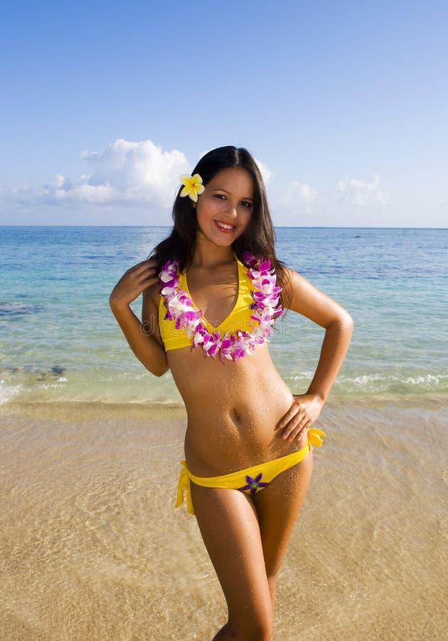 Polynesisches Mädchen in einem gelben Bikini stockfotos