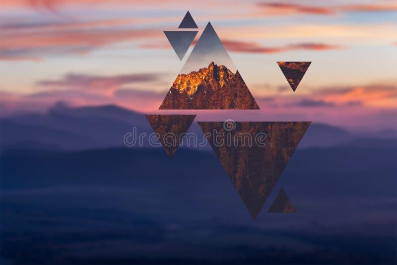 Polyscape geometrico con i triangoli e le montagne fotografia stock