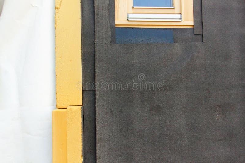 Polystyrenwandisolierung für hölzerne Gebäude Detail der Wärmedämmung eines Familienhauses lizenzfreie stockbilder