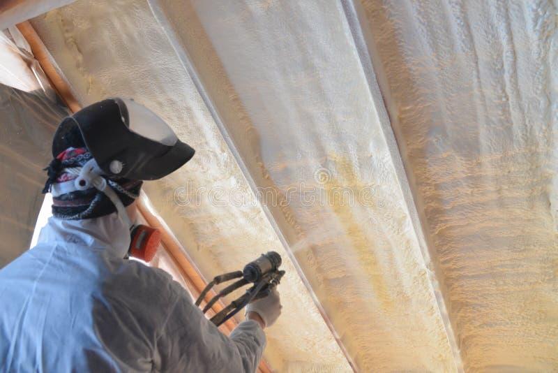 Polyurea que rocía, capa de la espuma que se calienta del tejado, foco en la pared imagen de archivo