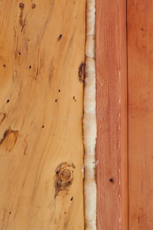Polyurethanschaumgummi versiegelt Abstand im hölzernen Aufbau lizenzfreie stockbilder