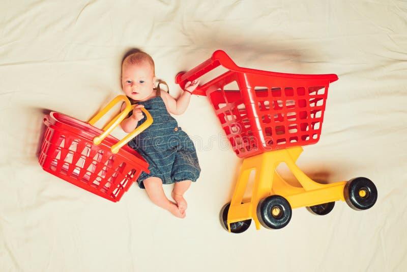 pomóż mamie Dzieciństwa szczęście Sprzedaży duży oferta Mała dziewczyna iść robić zakupy trochę odizolowane dziecko tła w serii u obrazy stock