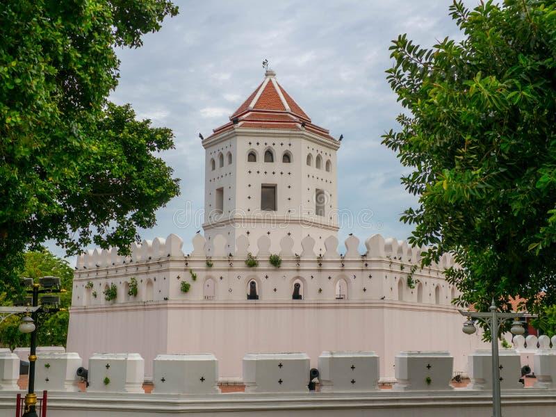 Pom Phra Sumen Fort, a fortaleza branca é muito ao alto, e parque em Banguecoque, Tailândia construído para proteger o capital da fotos de stock