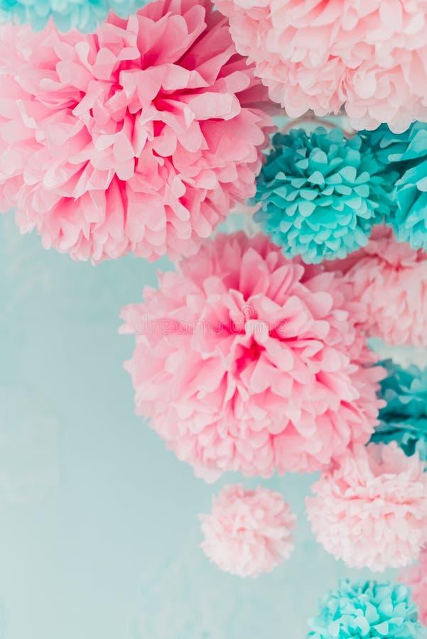 Pom-poms blu e rosa sul muro di mattoni del fondo fotografie stock