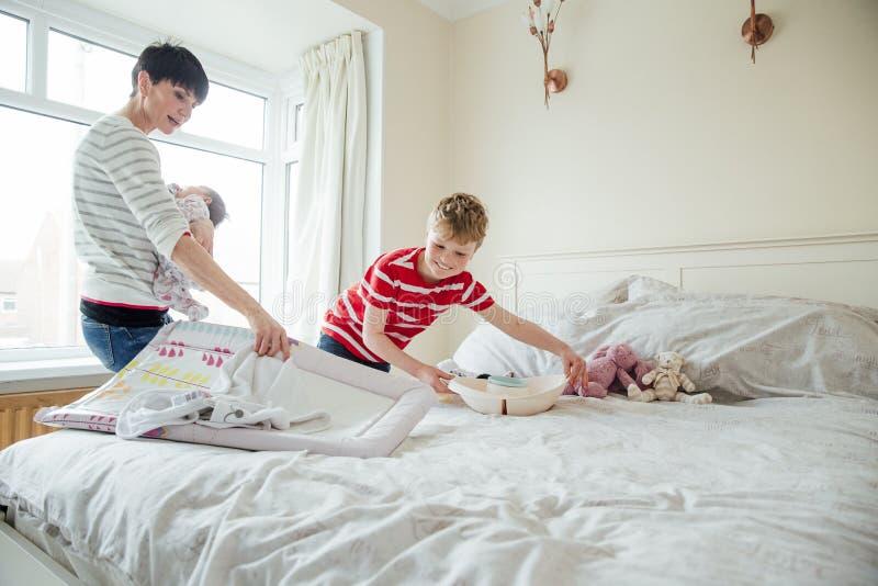 Pomaga Mum Dbać dla dziecka zdjęcie stock
