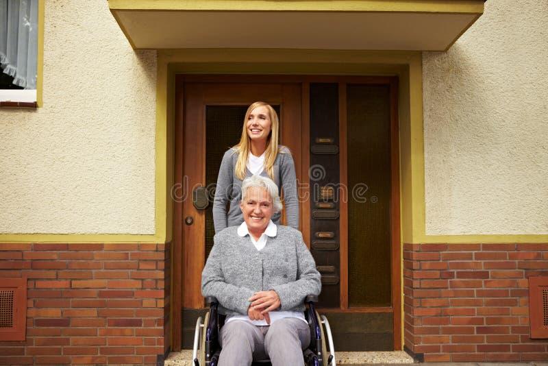 pomagający utrzymania pielęgniarki projekt obrazy royalty free
