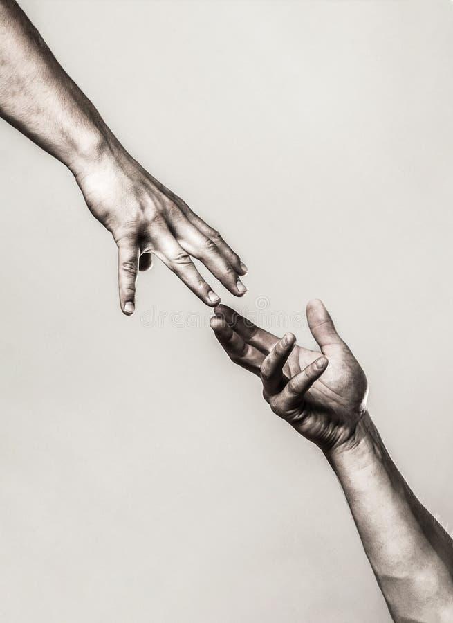 Pomaganie koncepcji ręki i międzynarodowego dnia pokoju, wsparcie Pomaganie wyciągniętej dłoni, odosobnione ramię, zbawienie Zamk fotografia stock