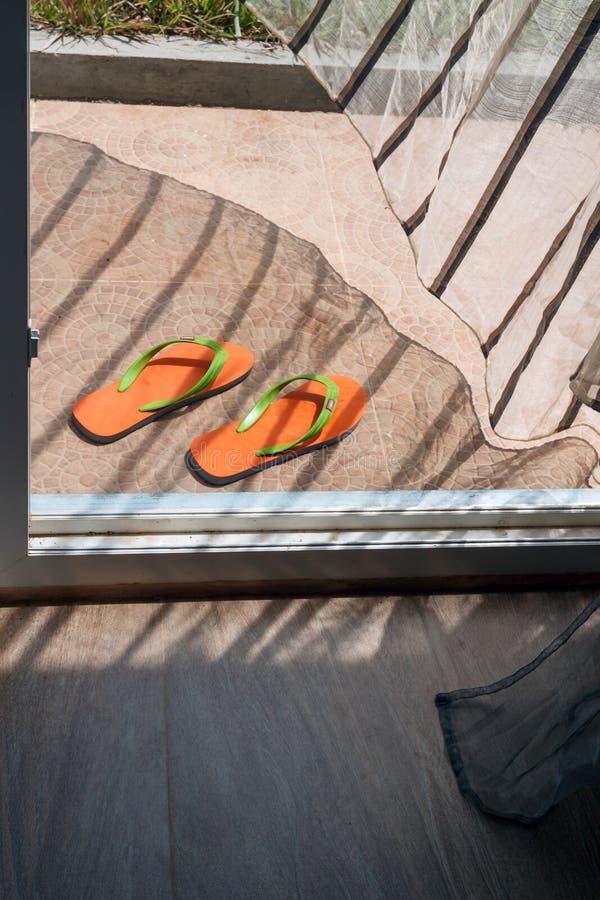 Download Pomarańcz Klapy Kłama Przy Domowym Wejściem Obraz Stock - Obraz złożonej z kolorowy, otwarty: 53781581