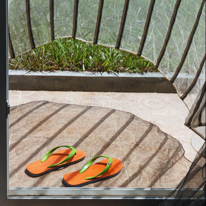 Download Pomarańcz Klapy Kłama Przy Domowym Wejściem Zdjęcie Stock - Obraz złożonej z glassblower, podłoga: 53781594