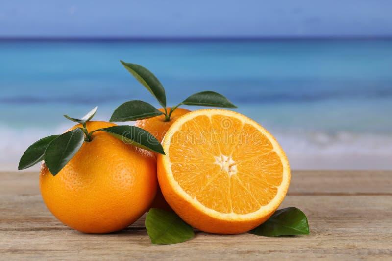 Pomarańcz owoc na plaży zdjęcia stock