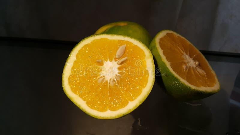Pomarańcz połówki z ciemnym tłem obrazy stock