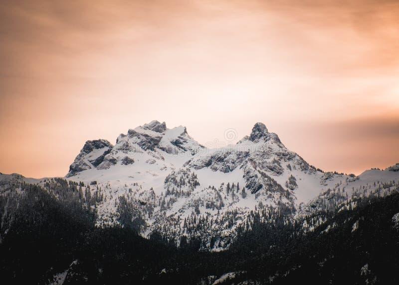 Pomarańcze alpen łunę za niebo pilota górą w kolumbiach brytyjska obraz royalty free